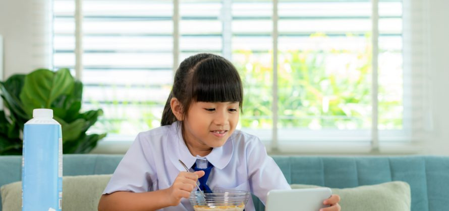 Por que algumas crianças precisam de distrações para comer?