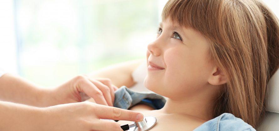 A importância do acompanhamento de um cardiologista pediátrico durante a infância em crianças com cardiopatias