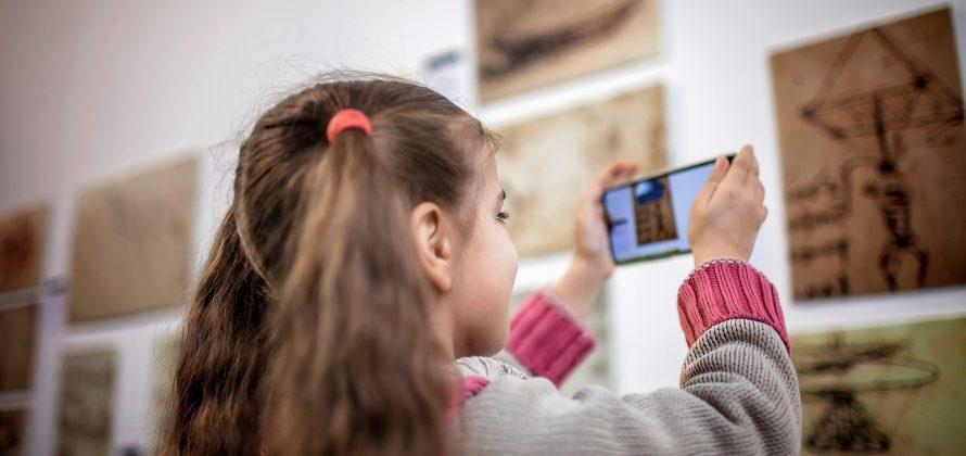 Mais tempo de tela associado a menos leitura na primeira infância